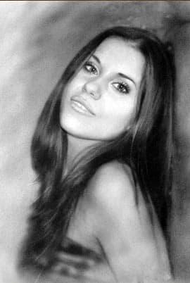 Портрет девушки углем